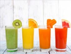 一字排开不同颜色的果汁