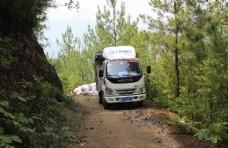 山路上的货车